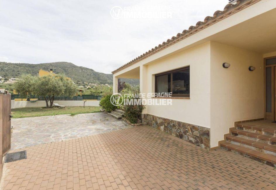maison costa brava, ref.3415, garage avec accès porte d'entrée et jardin