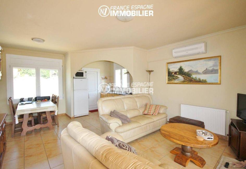 rosas immo: villa ref.3402, au rez-de chaussée: entrée, coin cuisine, séjour et salle à manger