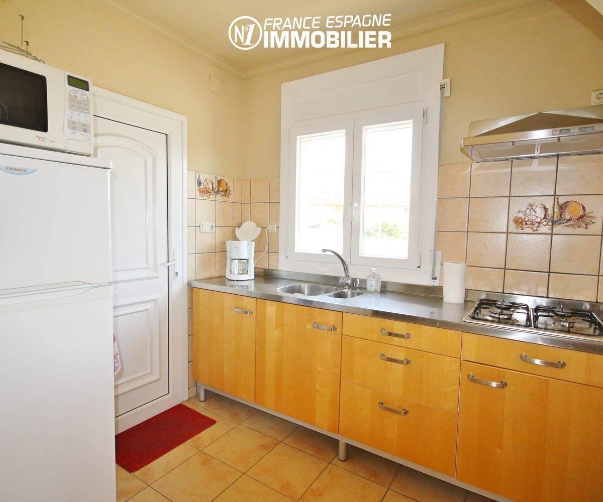 roses espagne: villa ref.3402, cuisine ouverte équipée avec rangements