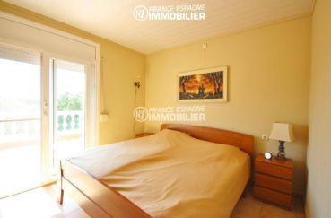 roses immobilier: villa ref.3402, première chambre avec lit double accès terrasse