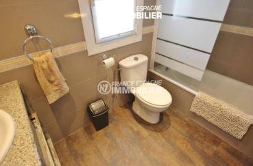 agence immobilière roses: appartement ref.3425, salle de abins avec toilettes & baignoire