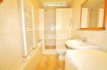 maison costa brava, ref.3402, salle d'eau avec douche, lavabo et toilettes