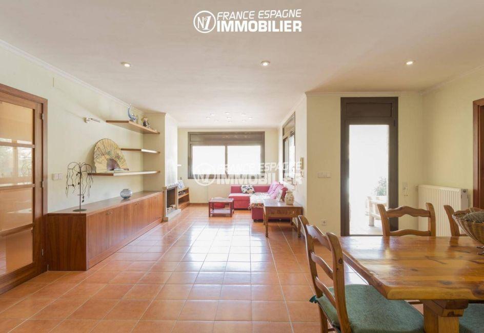 vente maison costa brava, ref.3415, salon / salle à manger avec des rangements