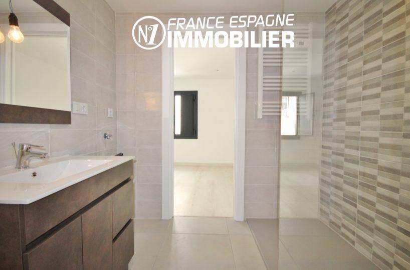 immocenter roses: villa ref.3393, salle d'eau avec meuble vasque et douche à l'italienne