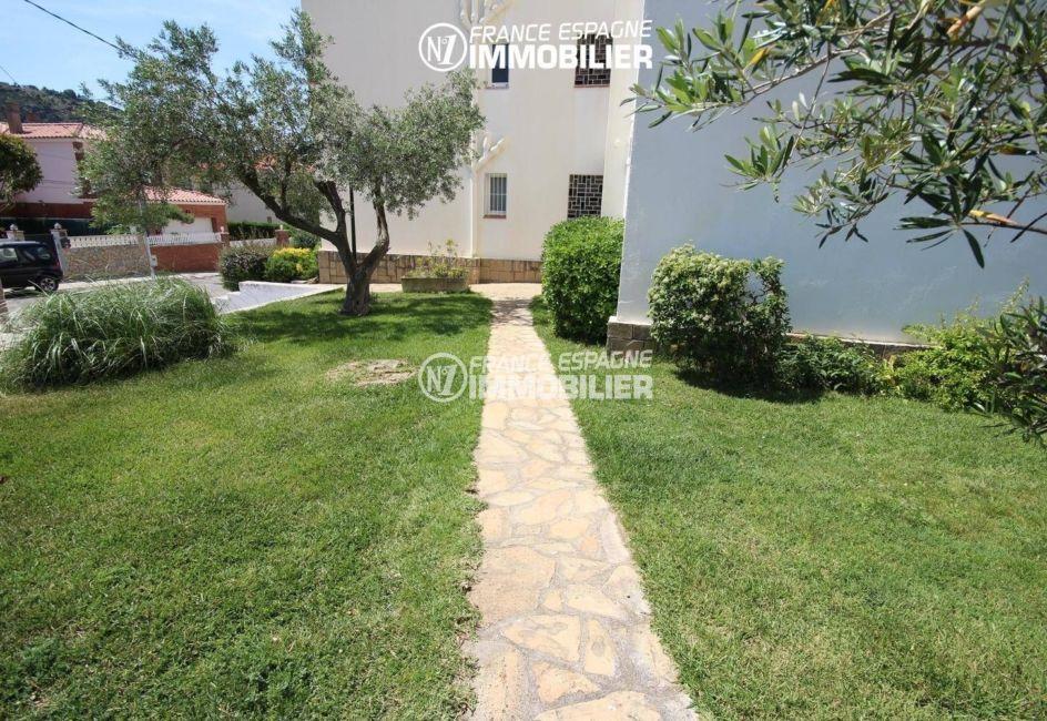 immo center rosas: appartement ref.3425, allée et jardin de la résidence