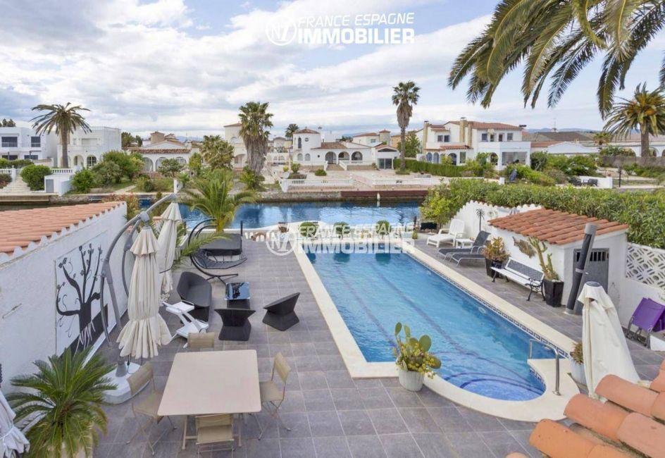 agence immobiliere empuriabrava: villa ref.3405, vue d'ensemble du jardin, piscine et canal