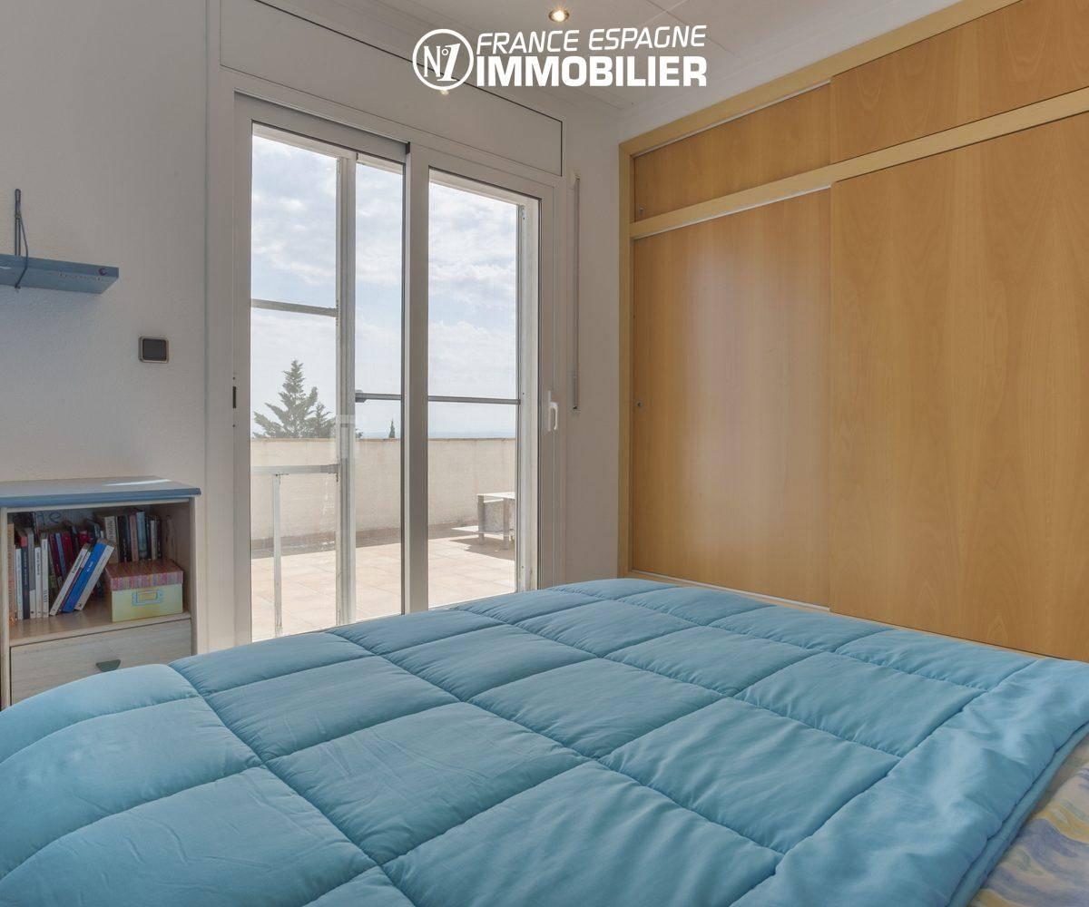 vente maison costa brava, ref.3411, première chambre avec lit doube, placards et terrasse