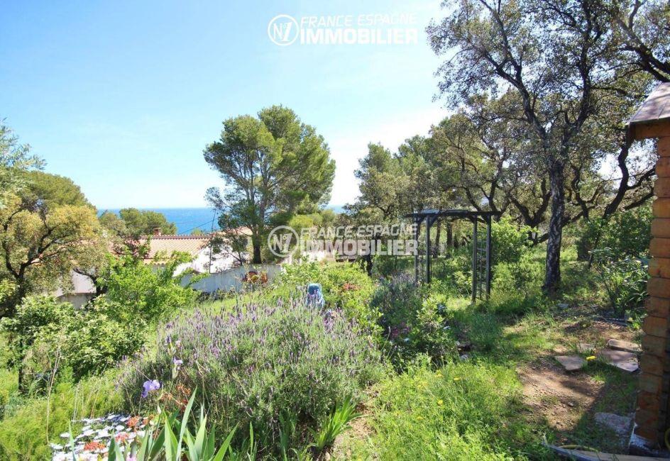 la costa brava: villa ref.3399, aperçu du jardin arboré et fleuri avec vue sur la mer