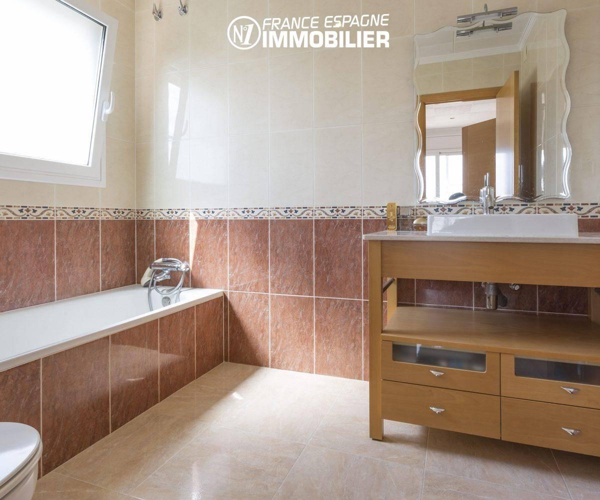 achat maison espagne costa brava: salle de bains avec baignoire, vasque et wc    ref.3411