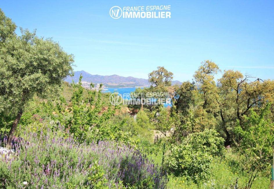 llança: villa ref.3399, vue sur le terrain de 1763 m², arboré et fleuri