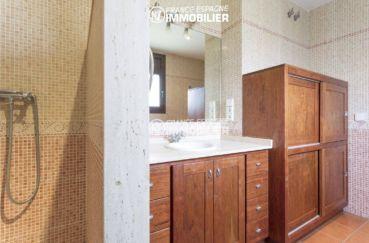 costa brava immobilier: villa ref.3415, salle d'eau avec meuble vasque et des rangements