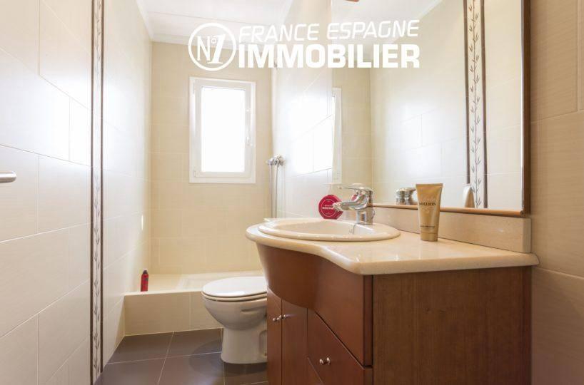 salle d'eau avec double, meuble vasque et wc   ref.3411