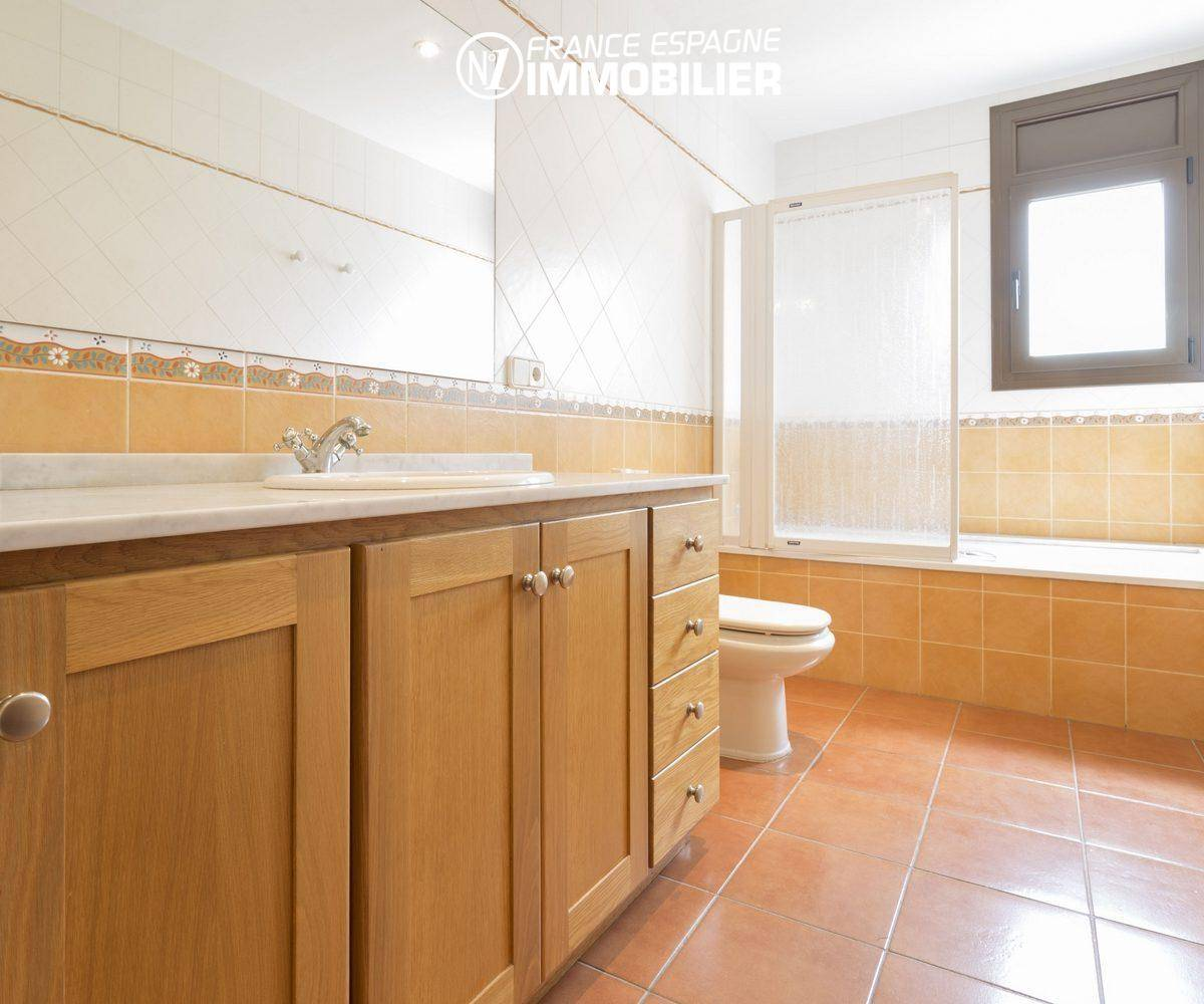 costa brava maison a vendre, ref.3415, salle de bains avec baignoire, vasque et wc