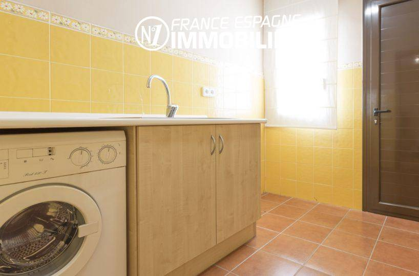 achat costa brava: villa ref.3415, vue sur la buanderie avec lavabo et rangements