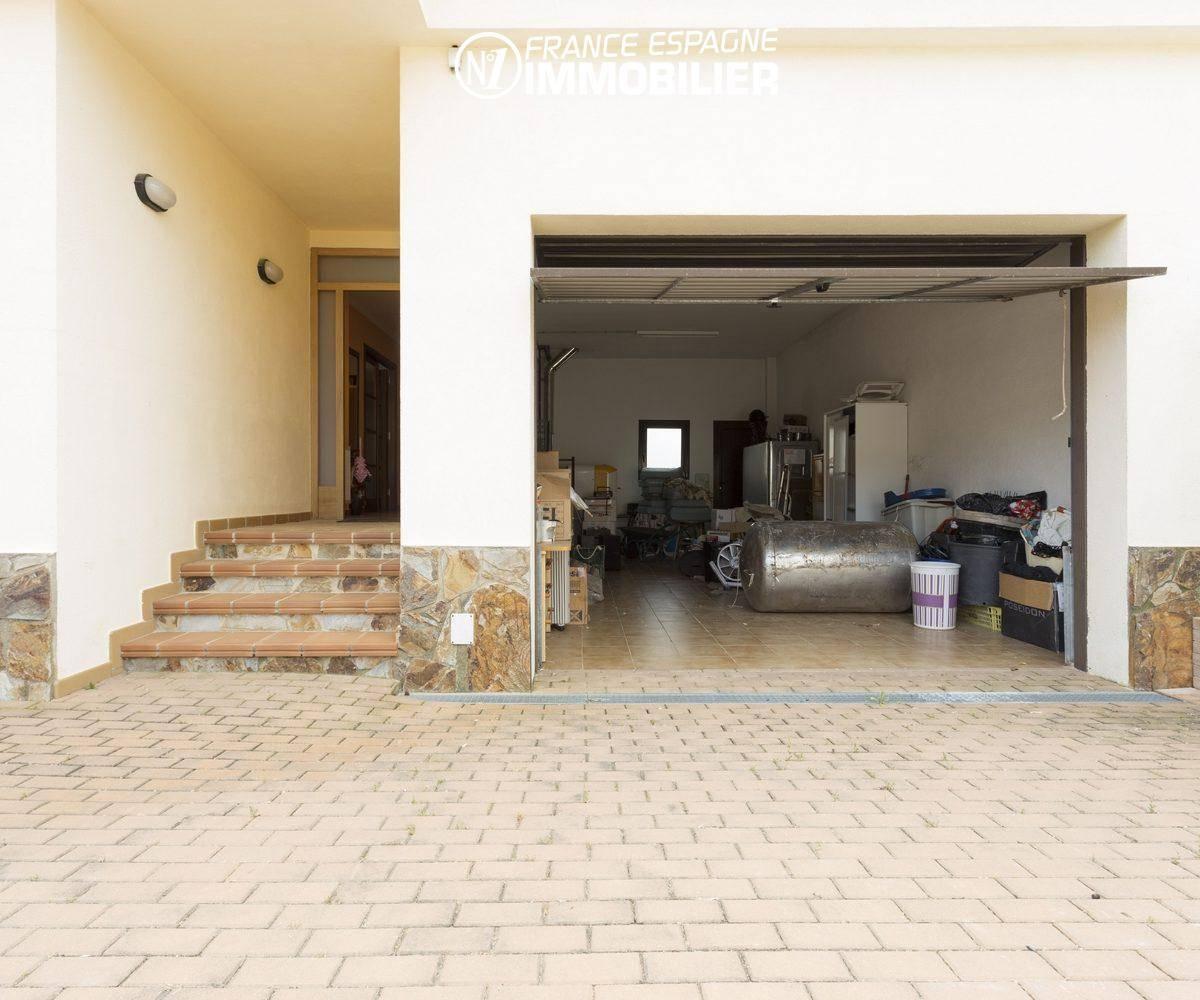 acheter costa brava: villa ref.3415, vue sur le garage pour 2 voitures et porte d'entrée