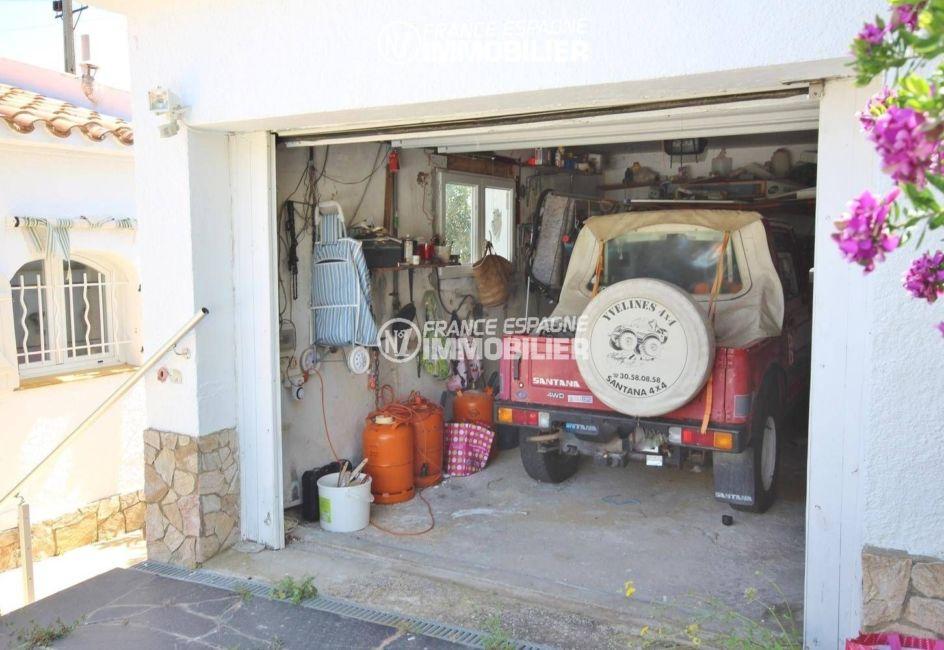 maison llanca, ref.3399, vue sur le garage, place pour une voiture