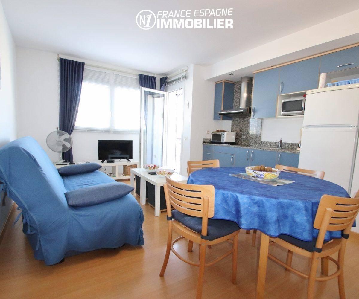 immo roses: appartement 55 m², salon / salle a manger avec cuisine ouverte accès terrasse