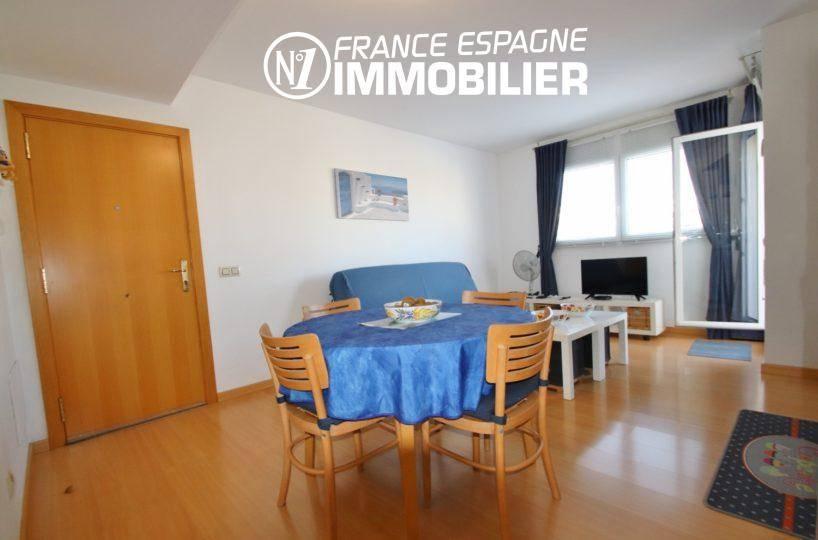agence immobilière costa brava: appartement 55 m², vue sur la porte d'entrée donnant sur le salon