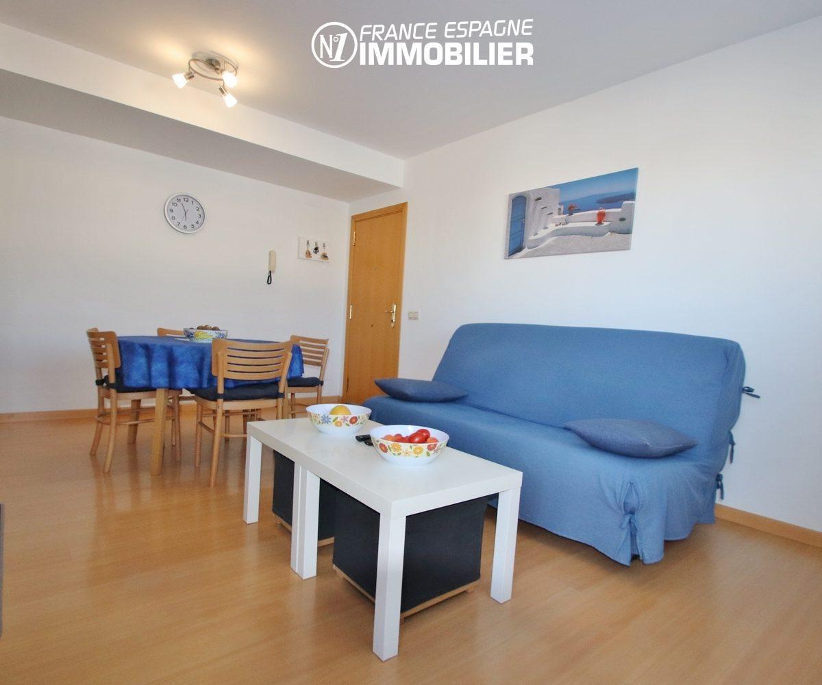 appartement a vendre a rosas, 55 m², salon avec canapé convertible et coin repas