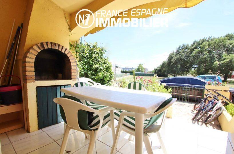 immobilier costa brava: villa ref.3446, vue de la terrasse avant vers le BBQ et le dehors