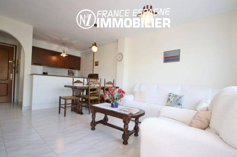 immobilier costa brava: appartement ref.3459, séjour avec coin repas et cuisine ouverte