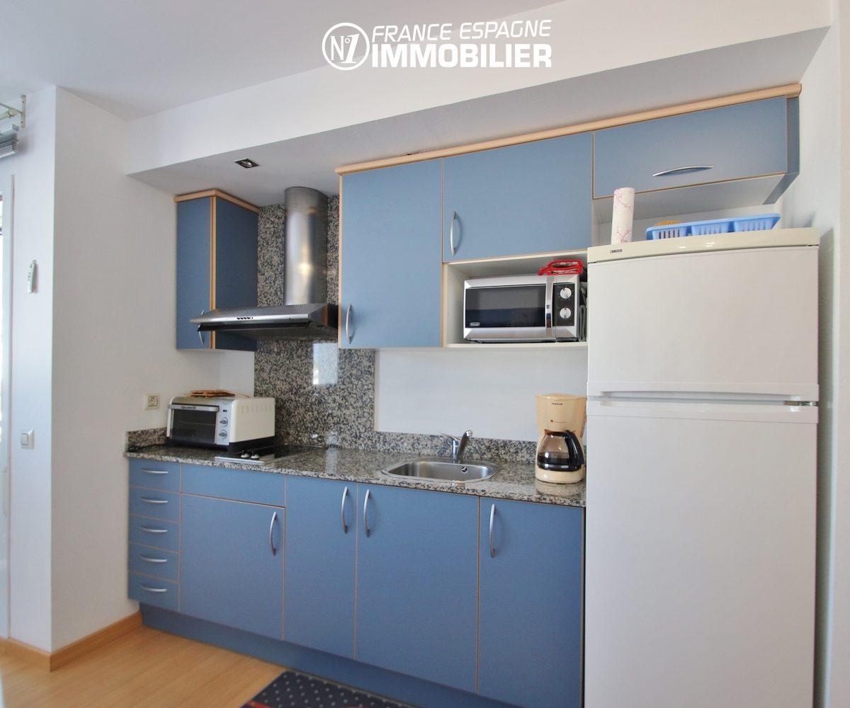 achat appartement rosas, 55 m², cuisine américaine aménagée avec des rangements