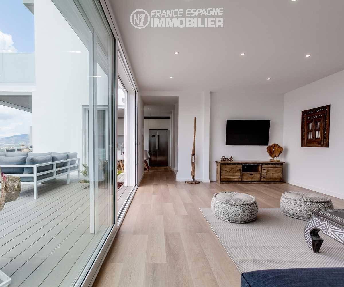 roses immobilier: villa ref.3433, aperçu salon coté ouverture sur la terrasse