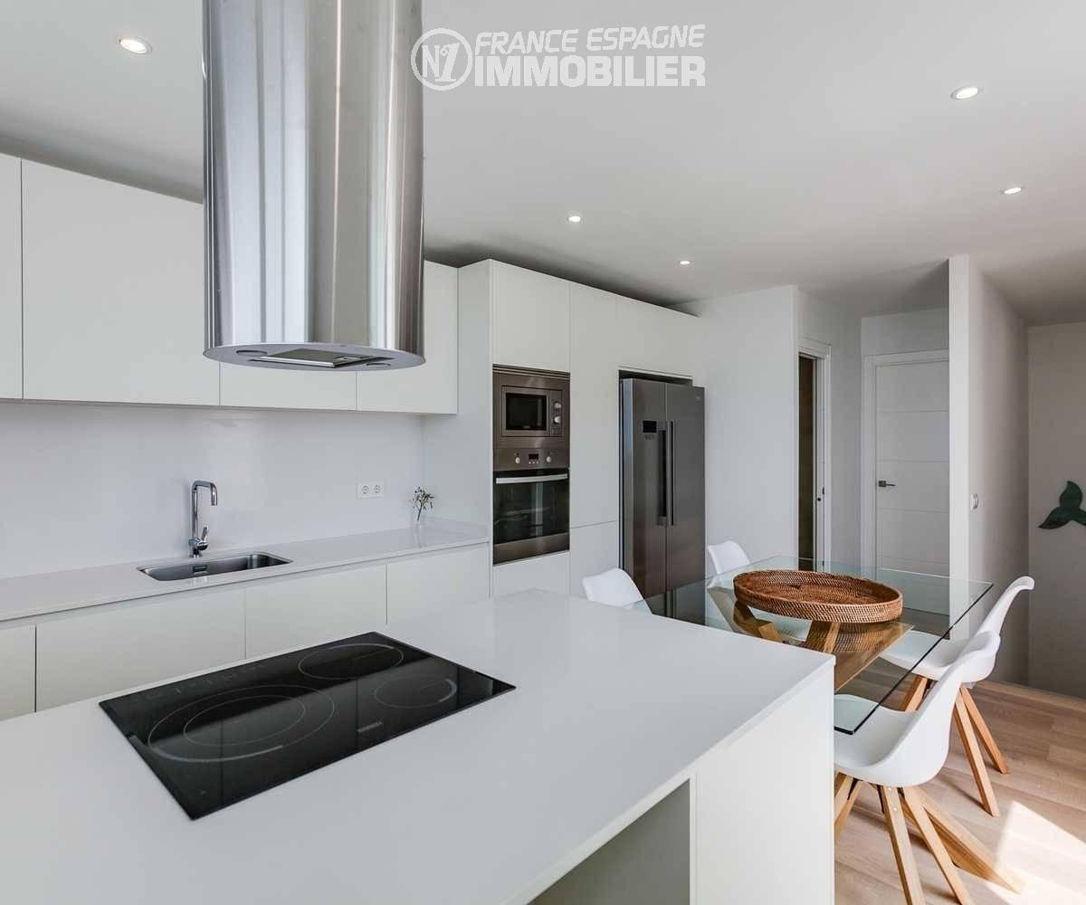 achat maison costa brava bord de mer, ref.3433, aperçu cuisine avec escalier descente au garage
