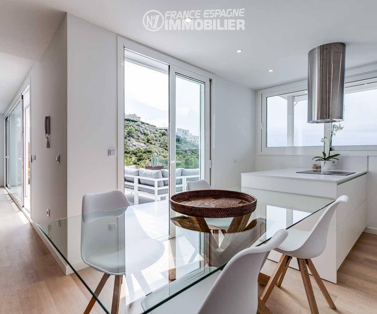immocenter roses: villa ref.3433, vue d'angle accès salon et terrasse depuis la cuisine