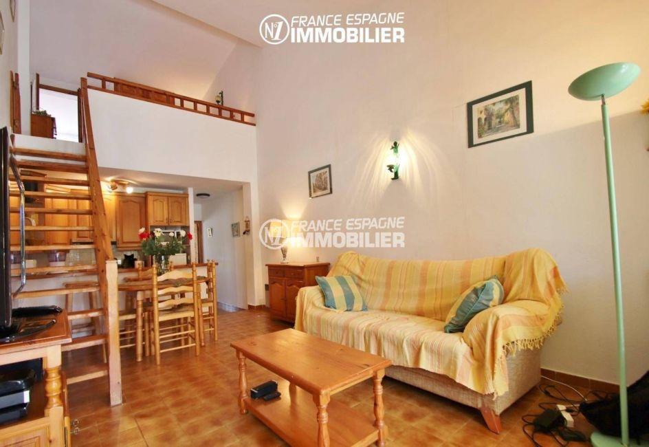 immo empuriabrava: villa ref.3446, vue générale séjour, mezzanine et cusine américaine