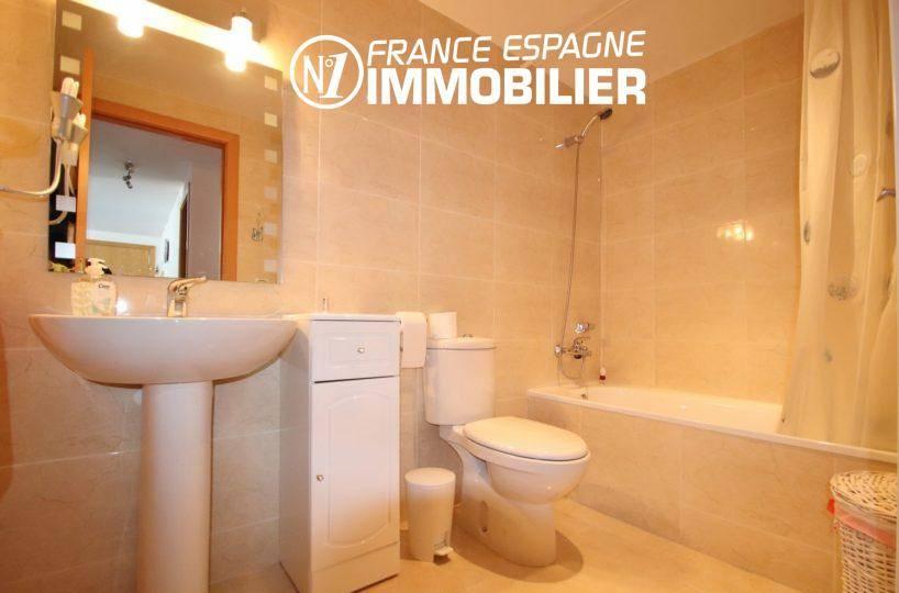 appartement rosas vente, vue canal, salle de bains avec baignoire, lavabo et wc