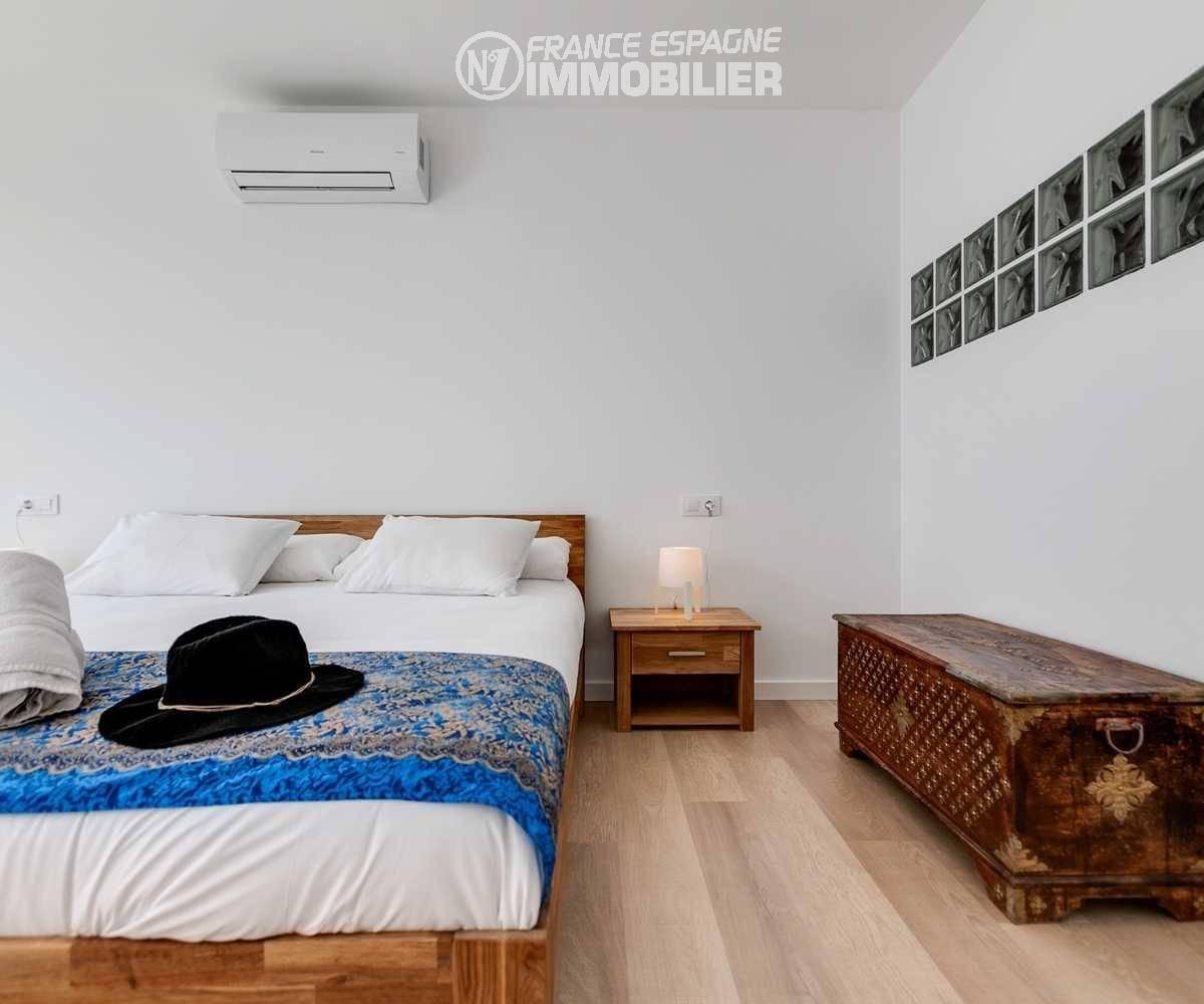 investir en espagne costa brava: villa ref.3433, aperçu première chambre (suite) coté salle d'eau intégrée