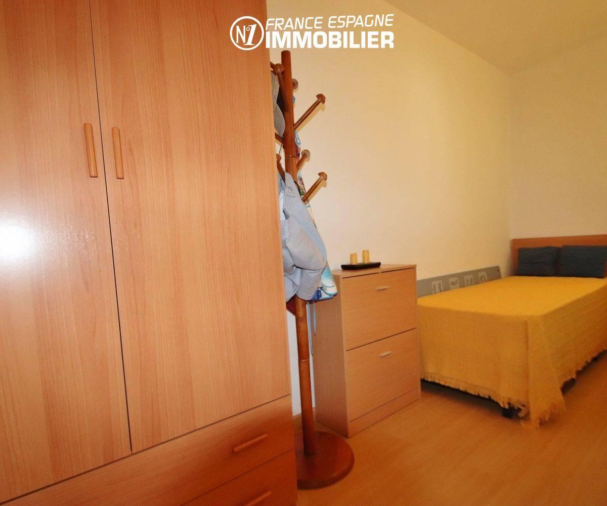 roses immobilier: appartement 55 m², deuxième chambre avec des rangements