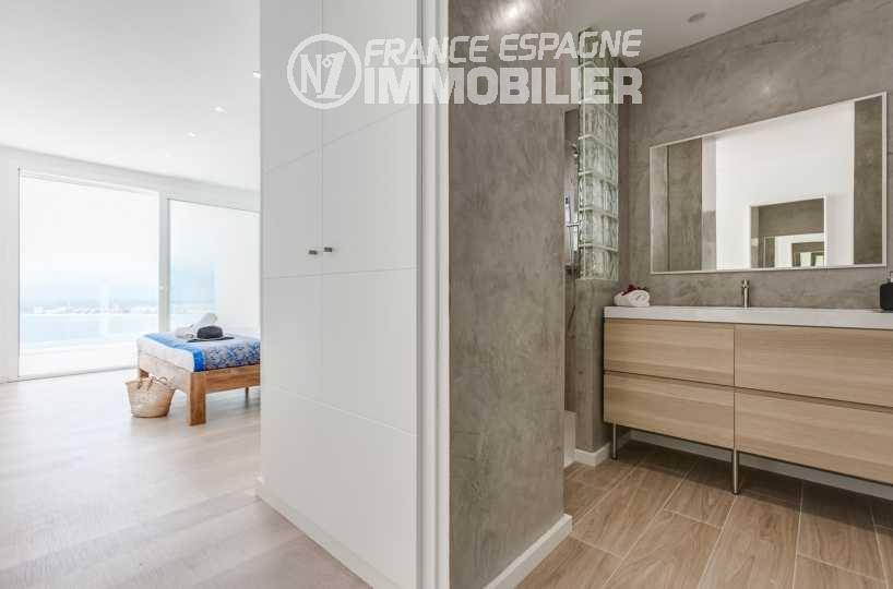 achat maison costa brava, ref.3433, aperçu chambre avec vue et sa salle d'eau