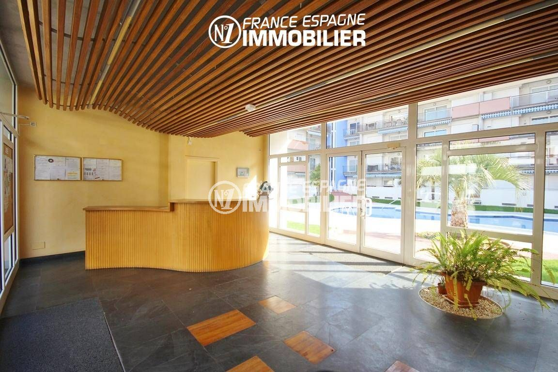immobilier costa brava: appartement 55 m², vue sur le hall d'entrée de la résidence