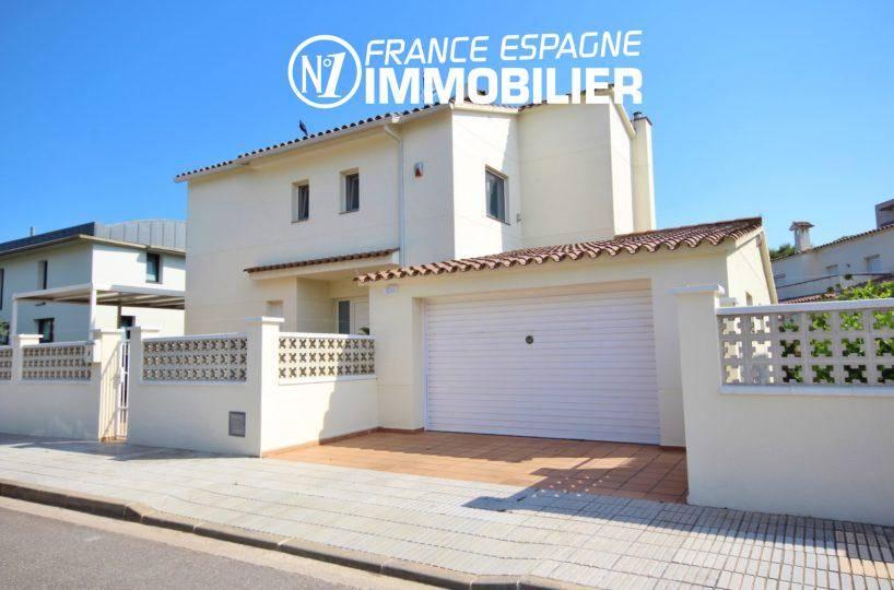 immo rosas: villa ref.3466, vue sur la façade de la maison et du garage