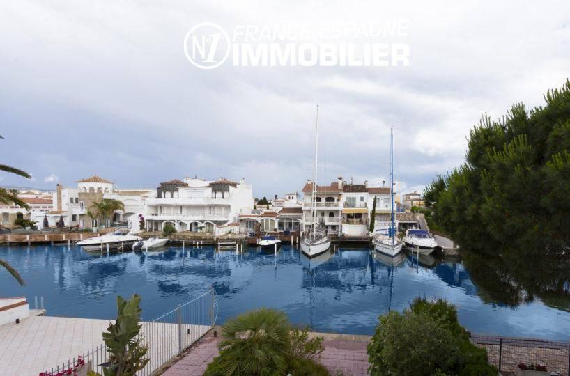immobilier empuria brava: villa vue canal, amarre pour voilier 10 m , garage, proche plage