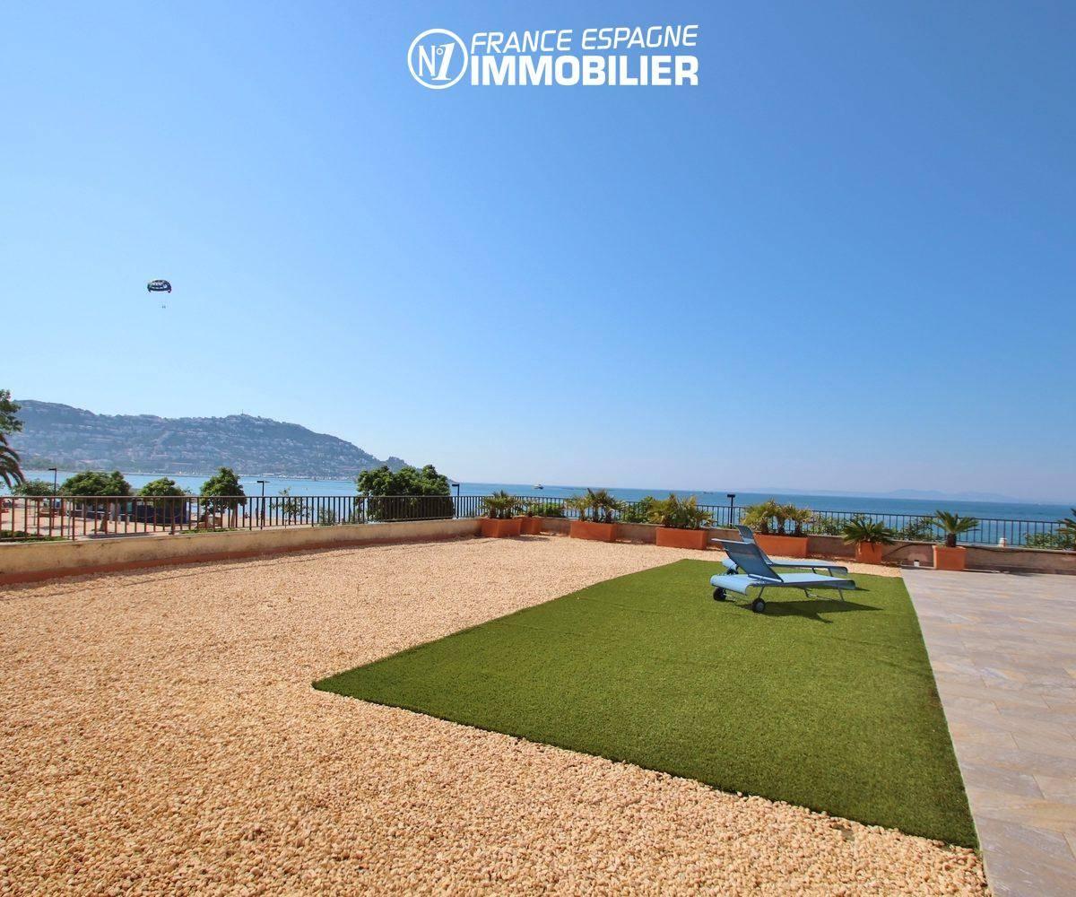 agence immobiliere costa brava: appartement 165 m², terrasse de 282 m², gazon synthétique / graviers