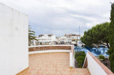 immo empuriabrava: villa 84 m², terrasse vue sur le canal accès escalier