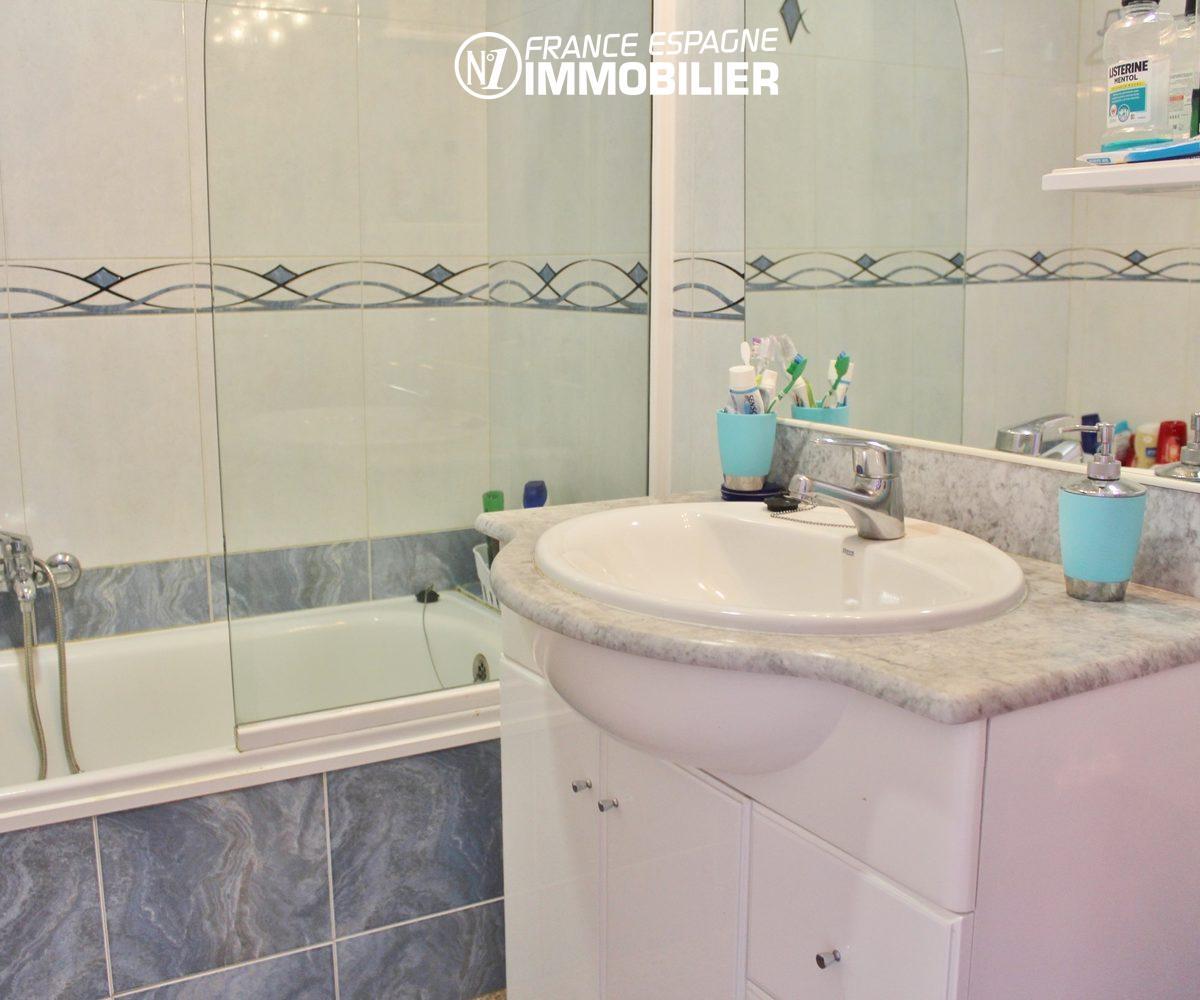 appartement a vendre empuriabrava, ref.3471, vue rapprochée de la salle de bains et son lavabo