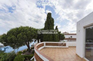 empuriabrava immobilier: villa proche plage, terrasse solarium avec vue sur le canal
