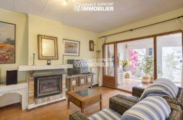 maison a vendre a empuriabrava, amarre, salon / séjour avec jolie cheminée accès terrasse couverte