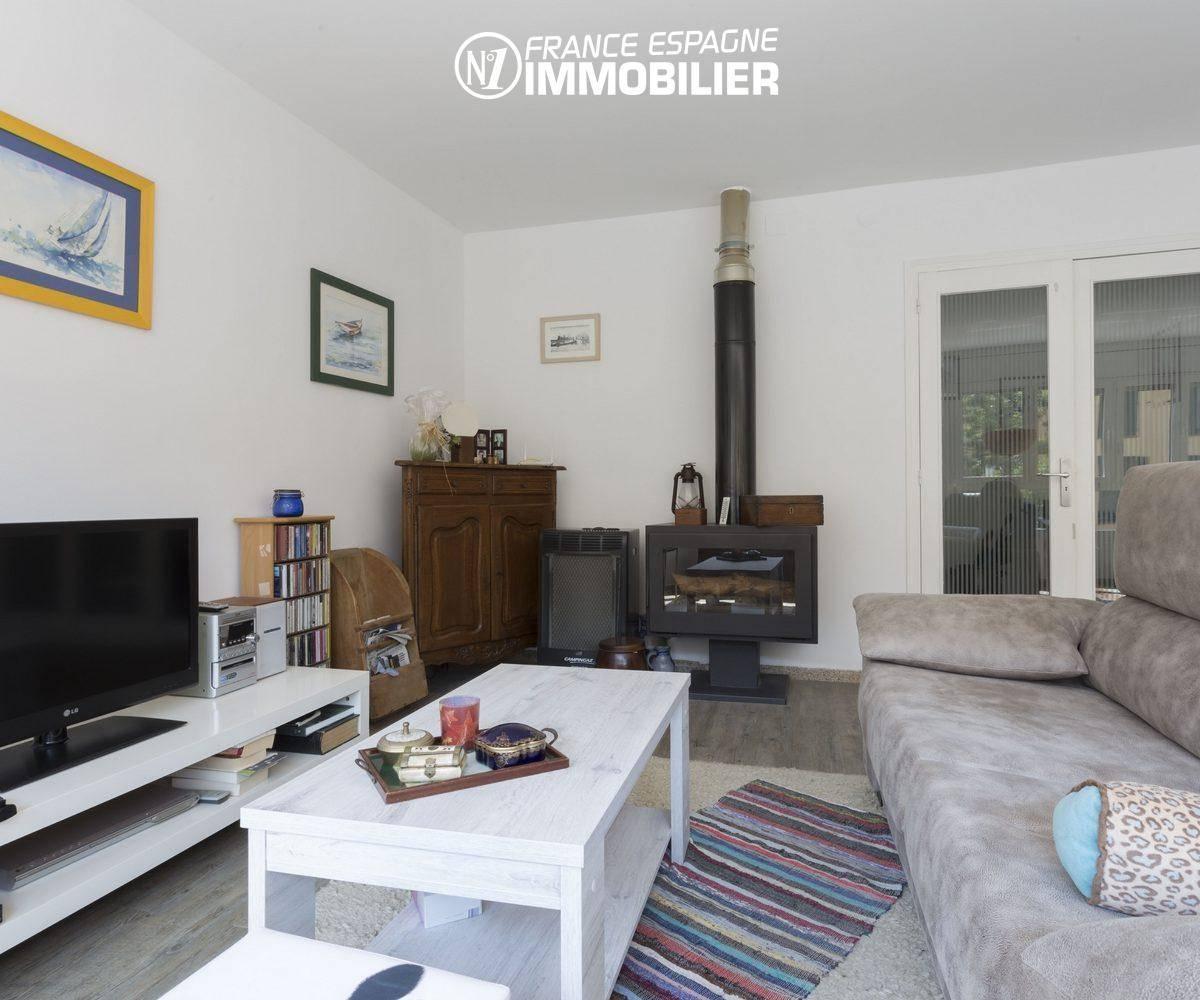 immobilier costa brava: villa ref.3477, séjour avec poêle à bois moderne