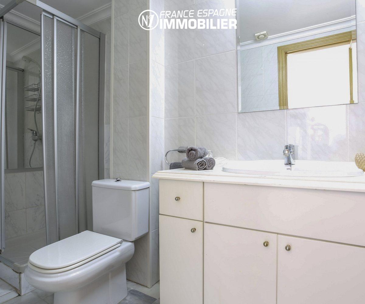 appartement a vendre costa brava,  ref.3470, aperçu docuhe et wc dans la salle d'eau