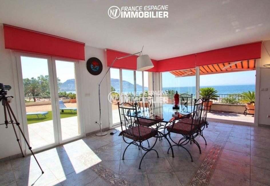 appartement a vendre a rosas, garage, coin repas avec accès à la terrasse