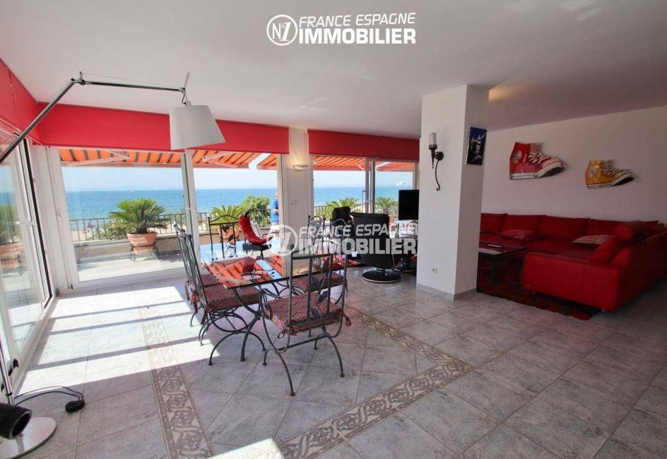 appartements a vendre a rosas, front de mer, salon / séjour avec accès terrasse