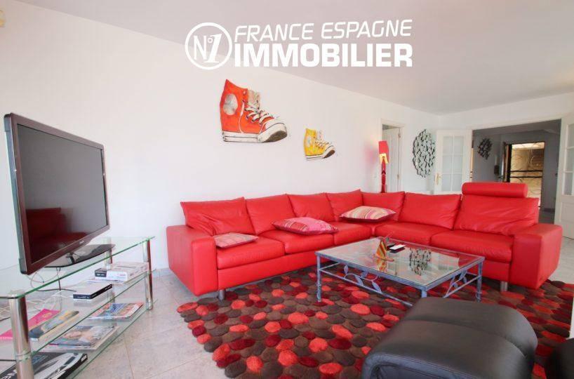 vente appartement rosas espagne, 165 m², aperçu du salon avec un grand canapé