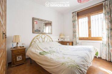achat villa empuriabrava, amarre, première chambre lumineuse en rez de chaussée avec placards
