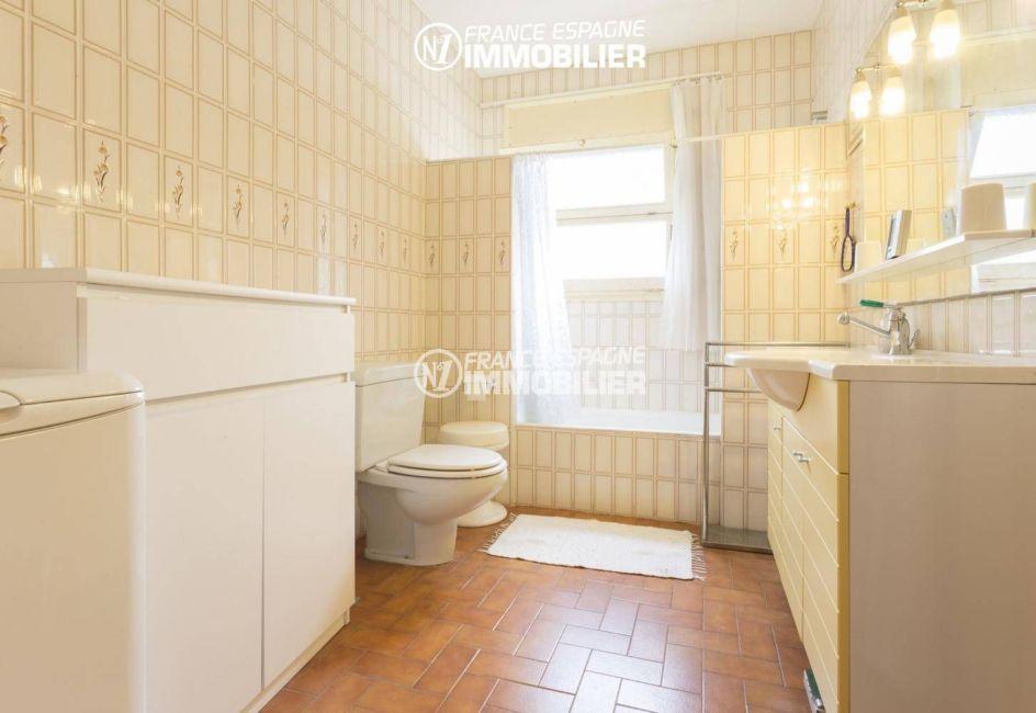 agences immobilieres empuriabrava: villa 84 m², salle de bains avec meuble vasque, rangements et wc