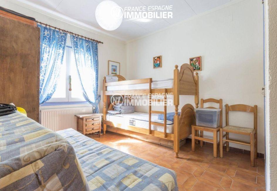 agences immobilières empuriabrava: villa 84 m², deuxième chambre avec canapé et lits superposés